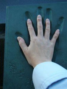 福士さんの手形に自分の手を当てたり