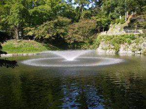 お堀には噴水